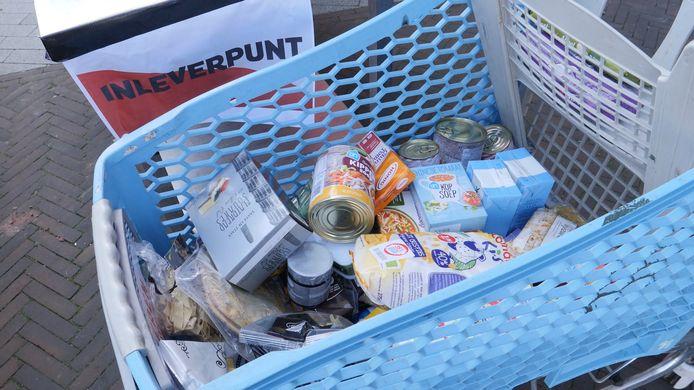 Voedselbanken werken met het winkelmodel, waarbij klanten met een karretje zelf kiezen wat ze willen.