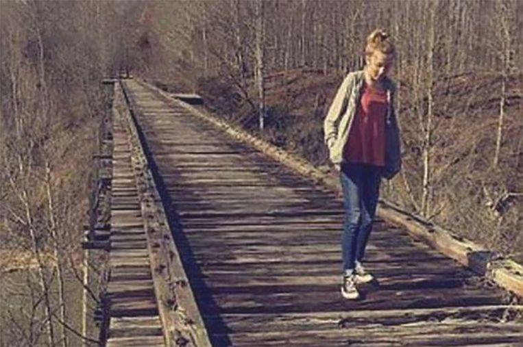 Libby maakte deze foto van Abby op de oude spoorwegbrug. In de verte zou een donkere figuur te zien zijn, mogelijk de moordenaar van de meisjes.