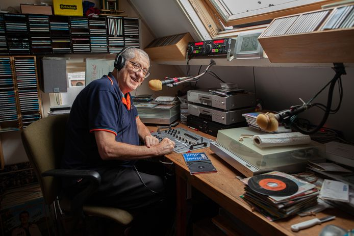 Willem Boele in zijn oude studio op zijn zolderkamer.