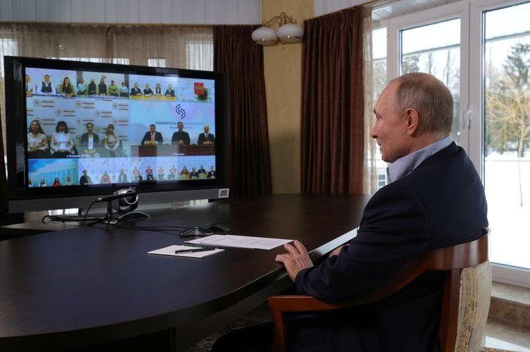 Poetin, die maandag deelnam aan een videoconferentie met studenten, noemde Navalny's documentaire 'vals' en 'saai'. In de film wordt de Russische president opnieuw beschuldigd van corruptie. Beeld REUTERS