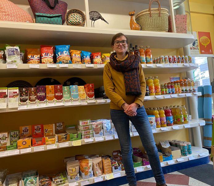 Tine Kockaerts in de Oxfam-Wereldwinkel Aarschot.