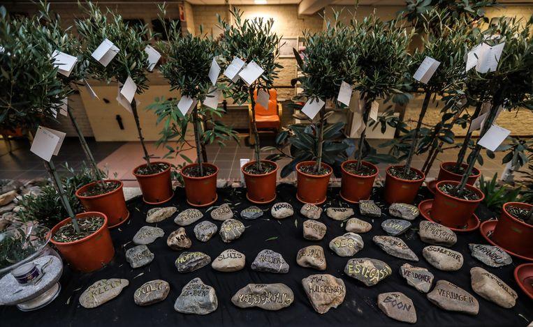 Voor de overleden bewoners zijn gedenkstenen neergelegd Beeld Eva Plevier