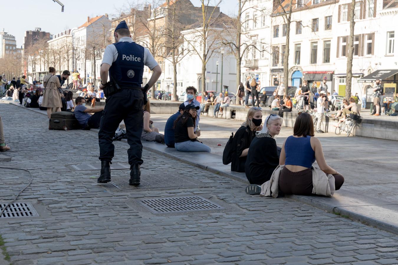 Un policier veille au respect des mesures sanitaires dans le centre de Bruxelles.
