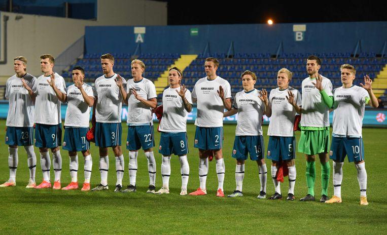 'Mensenrechten, op en naast het veld' stond in het Engels op de shirts die de Noorse spelers droegen voorafgaand aan de interlands tegen Gibraltar en Montenegro.  Beeld AFP