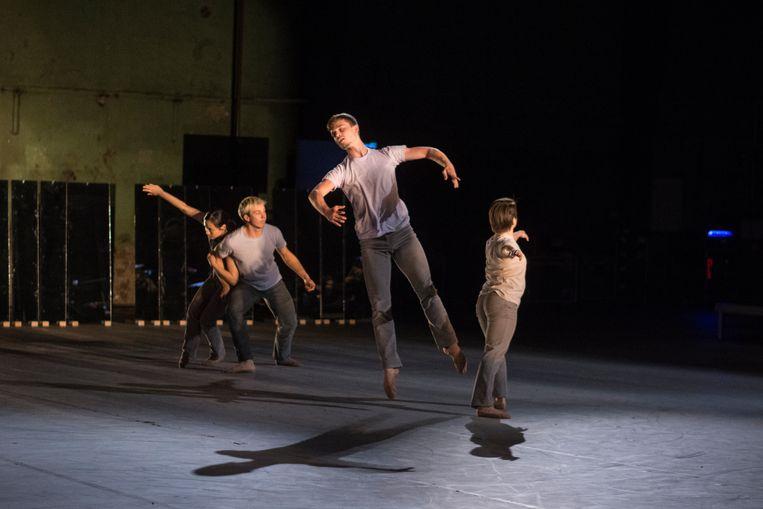 Elkaar afwisselende groepen dansers volvoerden rechtlijnige en diagonale bewegingen. Beeld Janko Duinker