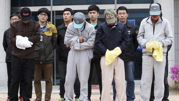 Bemanningsleden voor de rechtbank in Mokpo.