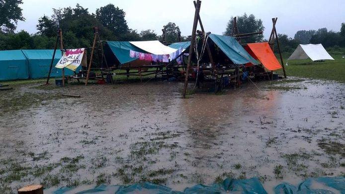 Het kampterrein staat onder water.