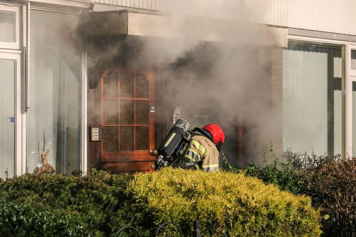 De brandweer wist te voorkomen dat een gevelbrandje in Emmeloord oversloeg op de rest van de woning.