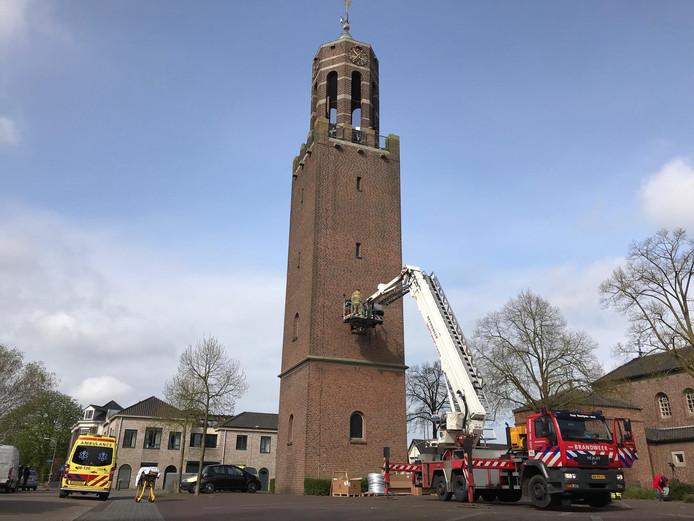 Man valt van kerktoren in Velddriel.