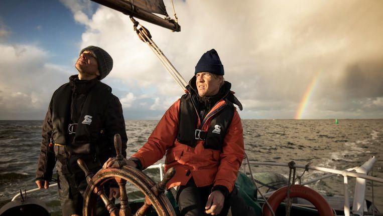 Schipper Dennis Stroombergen (met oranje jas) aan boord van de Lichtstraal: 'Ik kan makkelijk opschalen, mits er voldoende vracht is' Beeld Harmen de Jong