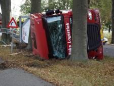 Vrachtwagen met tankoplegger kantelt in bekende bocht bij Hummelo