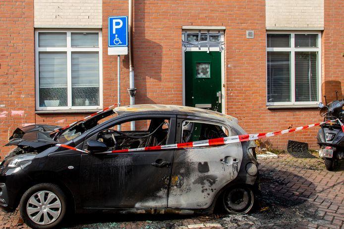De zoveelste autobrand in de regio: vrijdagnacht brandde een auto op een invalidenparkeerplaats in de Heer Heymansuysstraat in Dordrecht volledig uit.