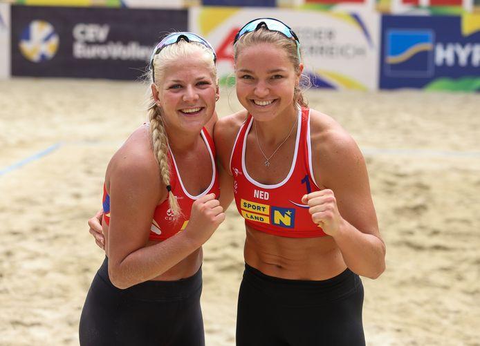 Raïsa Schoon en Emi van Driel (rechts) waren even herenigd bij het EK beachvolleybal onder 22