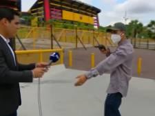 Un journaliste se fait braquer en direct