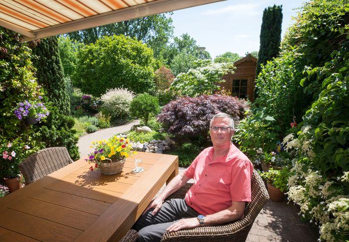 BREDA, Jan Gordens in zijn mooie tuin in de Hoge Vucht. Hij ergert zich aan de negatieve beeldvorming die zijn wijk treft.