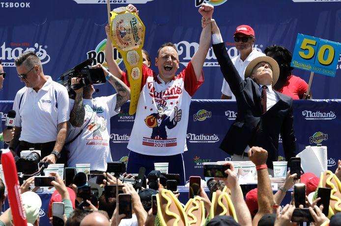 Joey 'Jaws' Chestnut wordt uitgeroepen tot winnaar van de competitie, die jaarlijks op Independence Day gehouden wordt.