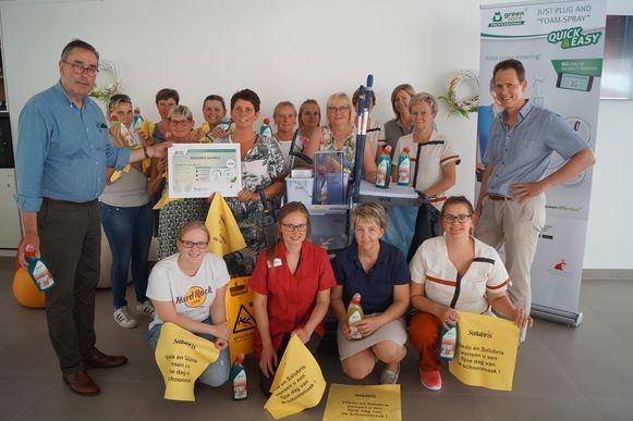 De medewerkers van het onderhoud en de logistiek van Maria Ter Ruste ontvangen een 'Savings Potential Certificate' naar aanleiding van de Dag van de Schoonmaak op donderdag 20 juni.
