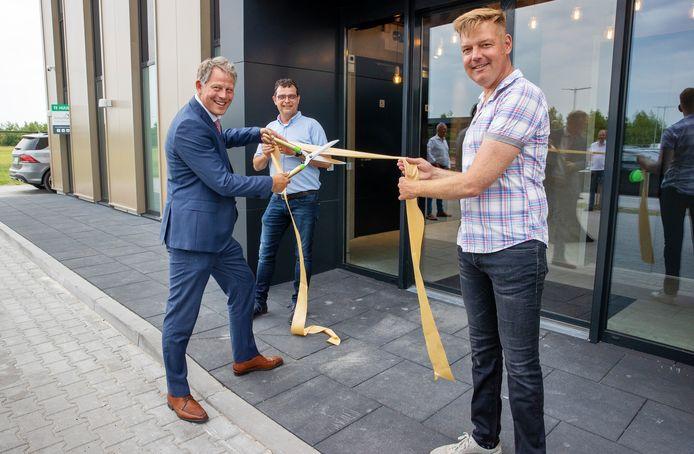 Burgemeester Remco Bosma (met de schaar), Guus Schippers en wethouder Fons d'Haens (rechts) openden samen het Facility Point van het KBP in Hapert.
