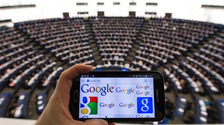 Een mobiele telefoon met Google in het Europees Parlement. Beeld EPA