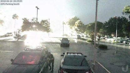 VIDEO. Blikseminslag komt wel erg dicht bij politieagent in Florida