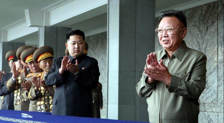 Kim Jong-un (midden) en zijn inmiddels overleden vader Kim Jong-il (rechts) tijdens een militaire parade in 2010. Beeld photonews