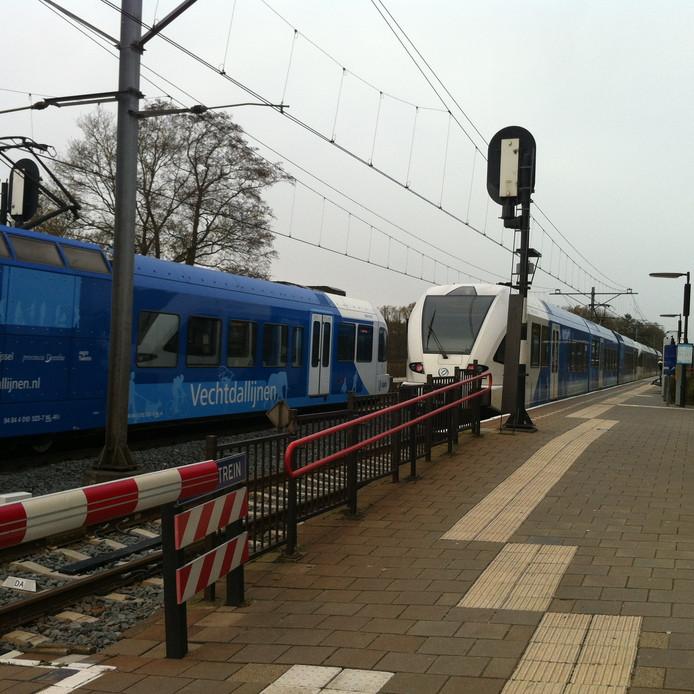 De trein stond stil op een overweg.