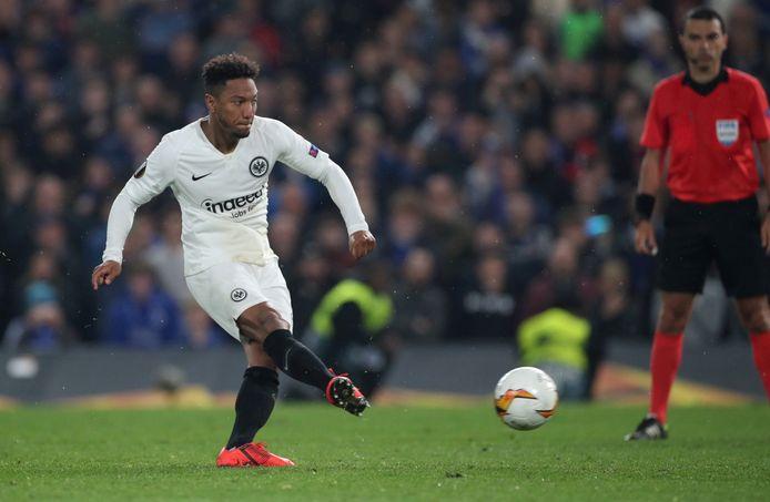 Jonathan de Guzman schiet namens Eintracht een penalty binnen.