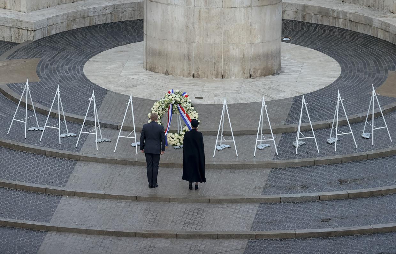 De Nederlandse koning Willem-Alexander en koningin Maxima leggen een krans tijdens de Nationale Dodenherdenking op de Dam. Vanwege het coronavirus vond de WO II-herdenking, net als vorig jaar, zonder publiek plaats.  Beeld ANP