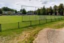 Het speelveld bij zwembad 'Ouwerkerk' maakt plaats voor het tijdelijk station Vught, parkeerplaatsen én de nieuwbouw van kinderdagverblijf 't Kasteeltje. Links van het veld komt ook nog een depot voor bouwmaterialen.