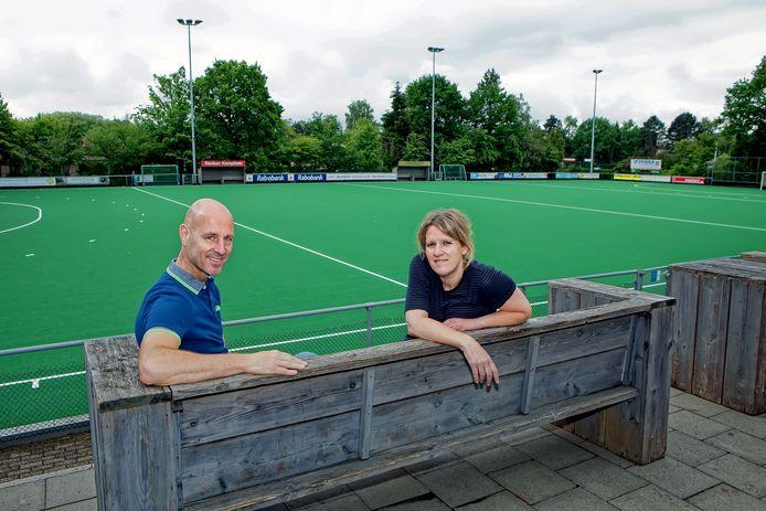 Marcel Stiefelhagen (links) bij zijn aanstelling als de de nieuwe voorzitter van MHC De Warande uit Oosterhout in 2019.