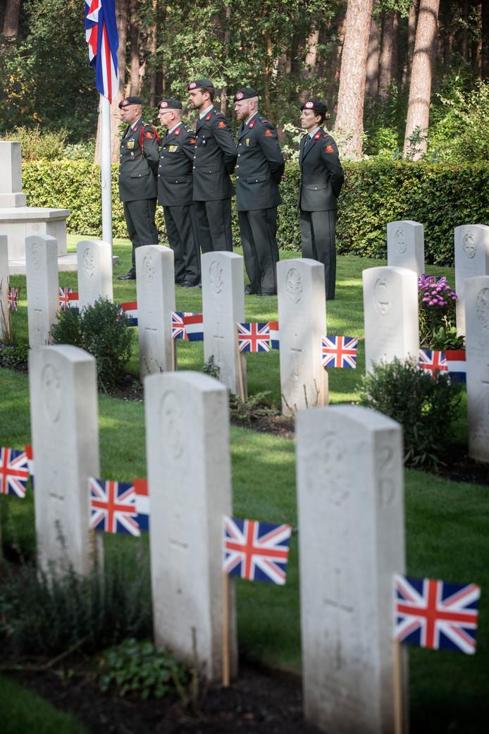 De Britse militaire begraafplaats aan de Luikerweg in Valkenswaard tijdens een eerdere herdenking.