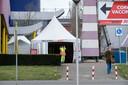 Ingehuurde beveiligers probeerden vorige week te verhinderen dat een fotograaf beelden maakt van de buitenkant van de grootste vaccinatielocatie van GGD Twente, aan het Colosseum in Enschede.