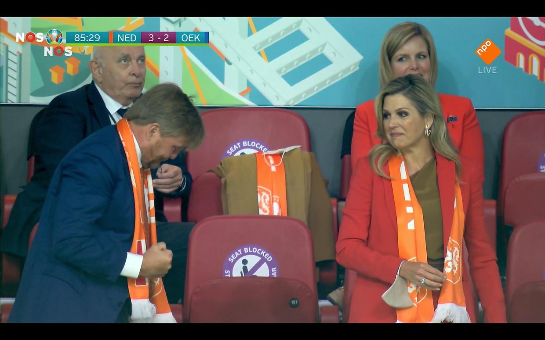 Zag u zondag Máxima's dodelijke blik toen manlief even uit zijn koninklijke dak ging in de Johan Cruijff Arena? Beeld NOS