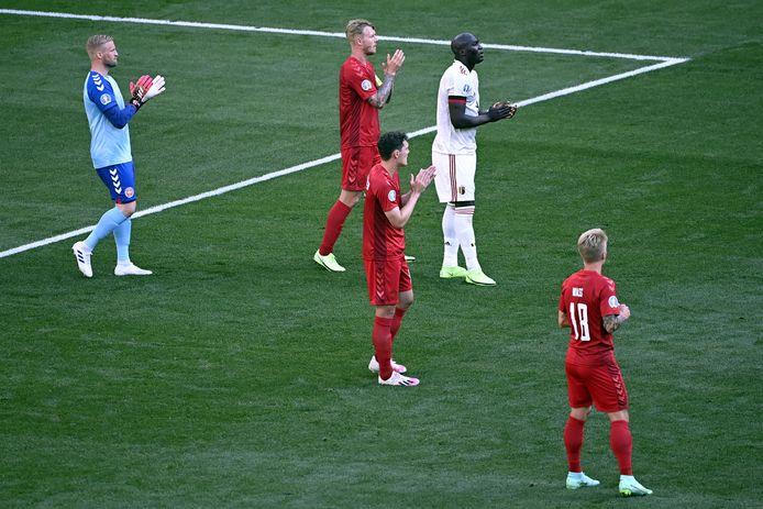 Ook de spelers applaudisseren.