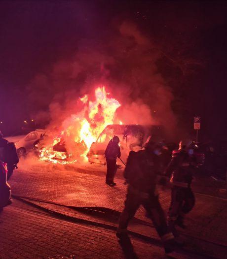 Gouda opnieuw opgeschrikt door autobranden: drie bestelbussen en auto in vlammen op