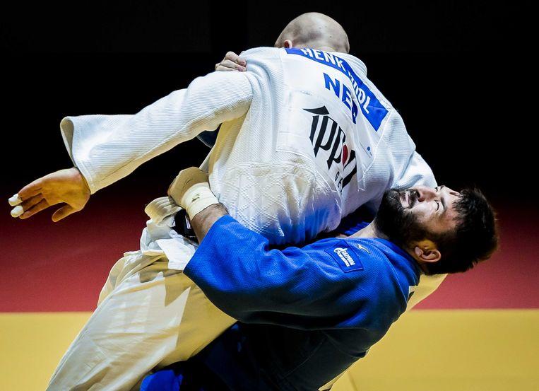 Henk Grol in actie tegen Inal Tasoevuit uit Rusland in de finale van de Europese Kampioenschappen Judo. De EK in Portugal zijn het laatste meetmoment voor plaatsing voor de Spelen van Tokio. Beeld ANP