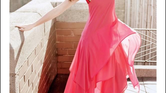 Op en top vrouw: Ashley Greene schittert in roze jurk voor DKNY