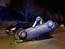 Wagen gaat over de kop en eindigt op dak: bestuurder lichtgewond