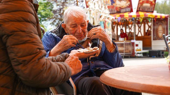 Piet is 95 jaar geworden en eet nog altijd graag poffertjes