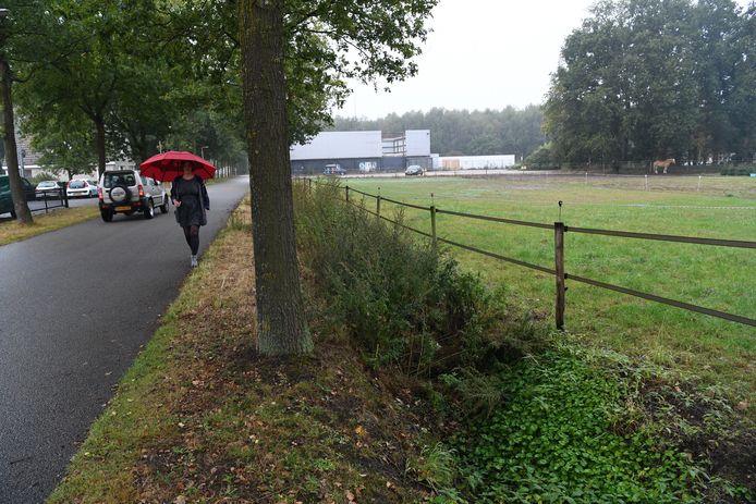 De Rielseweg op bedrijventerrein Katsbogten, met op de achtergrond de vervallen horecazaak waar mogelijk het wooncomplex voor arbeidsmigranten komt.