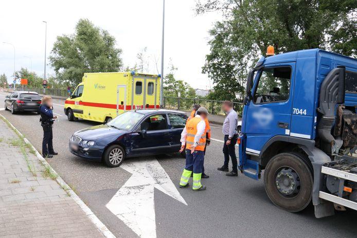 De vrachtwagen kwam in aanrijding met de personenwagen. Een hoogzwangere vrouw raakte gewond.