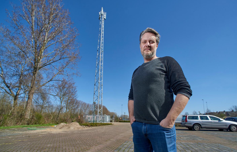 Dennis Zwiers bij de zendmast op het terrein van sportpark De Ekkert in Olland.