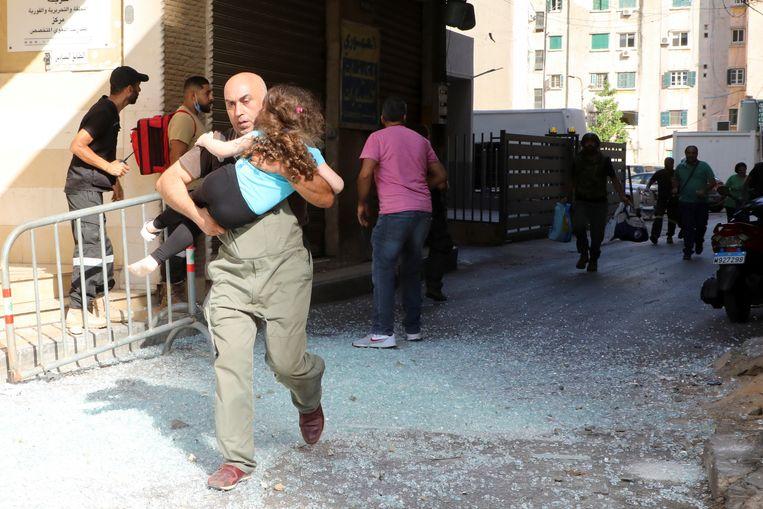 Burgers die vast kwamen te zitten tussen de strijdende partijen, ontvluchten het gebied.  Beeld REUTERS