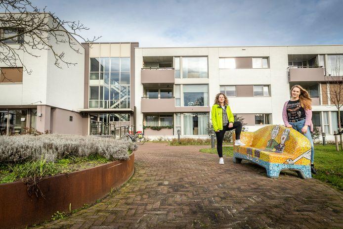Nicky van de Ven (rechts) en Lorraine McNab zijn bezig met het realiseren van een beweegtuin voor ouderen bij de Zonnetij.