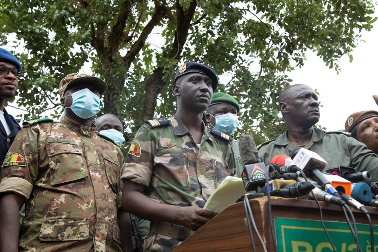 Ismaël Wagué, woordvoerder namens de militairen die president Keïta afzetten, tijdens een persconferentie op woensdag. De militairen beloven nieuwe verkiezingen.  Beeld AFP