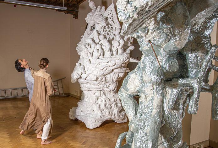 Damian Kapojos en zijn vriendin Wendy Lugtmeijer werken aan een project waarbij ze meer dan 3 meter hoge sculpturen verbinden met dans- en vechtsportperformances.