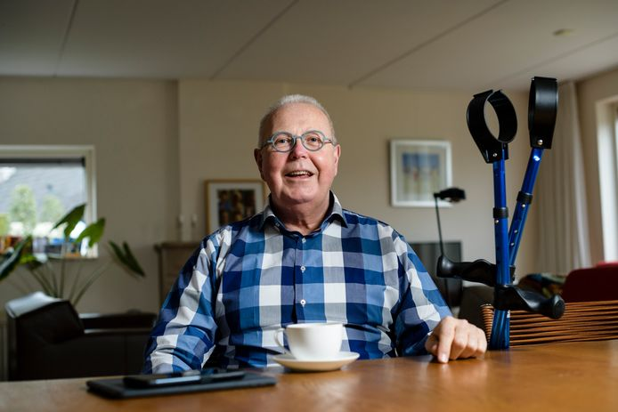 Jan Kees Schakel uit Enschede zegt dat hij nog dagelijks kleine verbeteringen merkt. Sokken aantrekken, benen over elkaar slaan, hij kan dat allemaal weer. Balanceren op één been is nog lastig.