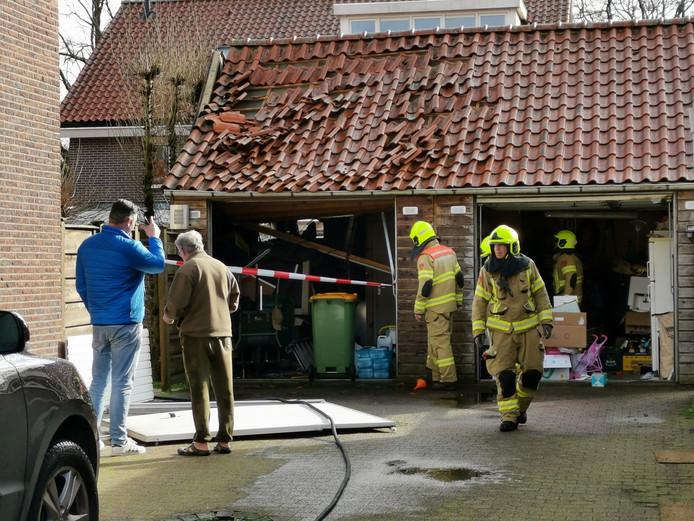 De schuur bij een woning aan de Poelbos in Ede raakte door een nog onbekende oorzaak beschadigd.