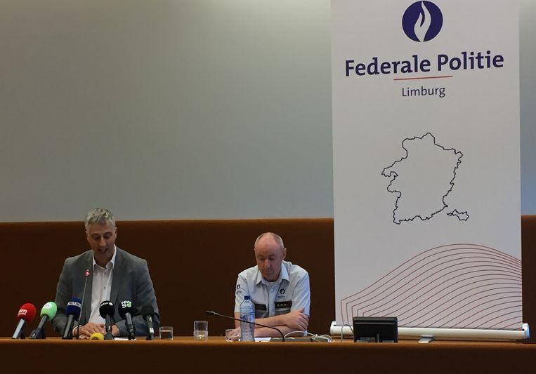 Openbaar aanklager Guido Vermeiren en Kris Vandepaer van de federale gerechtelijke politie tijdens een persconferentie over de kidnapping van een 13-jarige Limburgse jongen. Beeld BELGA