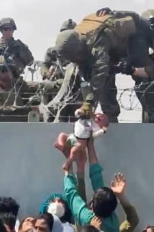 La petite fille de la photo emblématique de l'aéroport de Kaboul a été retrouvée: voici ce qu'elle est devenue